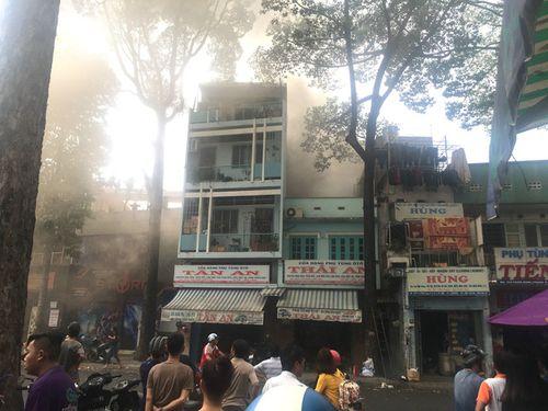 Cháy nhà, hàng trăm người đang xem U23 Việt Nam thi đấu hốt hoảng tháo chạy - Ảnh 1