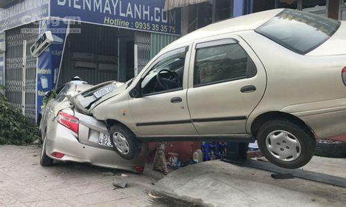 """Ôtô mất lái húc gãy cây xanh, """"bay"""" vào garage ở Sài Gòn - Ảnh 1"""