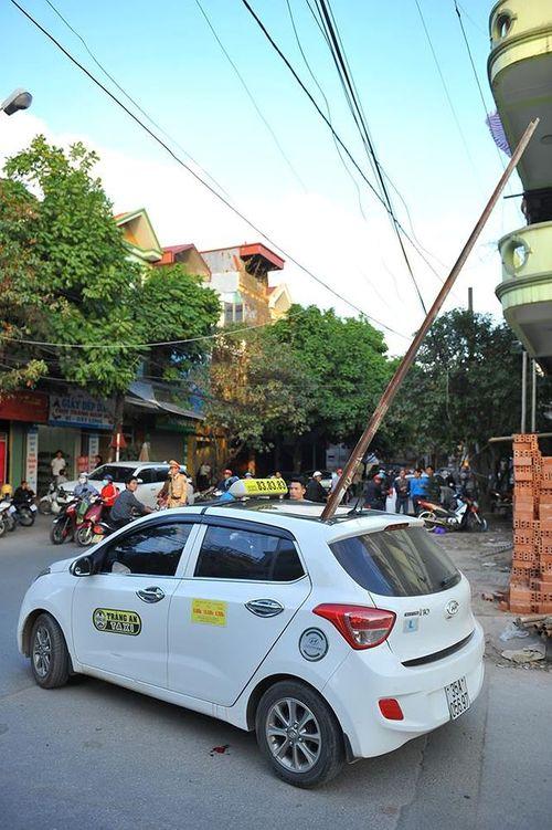 Thanh sắt bất ngờ rơi xuyên thủng nóc taxi, 1 hành khách tử vong - Ảnh 1