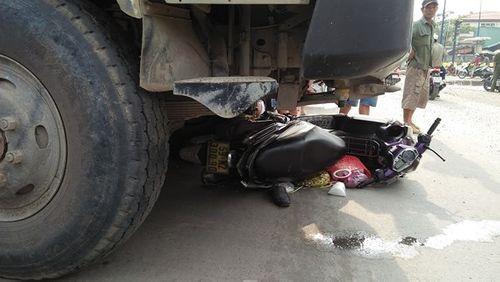 Tai nạn giao thông, hai vợ chồng tử vong dưới gầm xe ben - Ảnh 1
