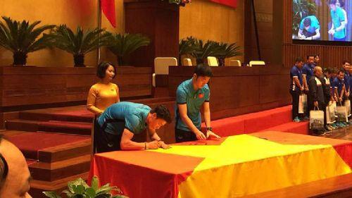 Tuyển thủ U23 cùng ký tên lên lá cờ Chủ tịch Quốc hội mang về từ Lũng Cú - Ảnh 1