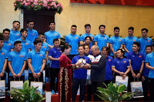 Tuyển thủ U23 cùng ký tên lên lá cờ Chủ tịch Quốc hội mang về từ Lũng Cú - Ảnh 2