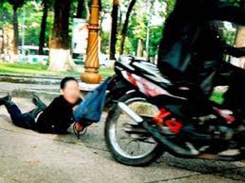 Điều tra vụ người phụ nữ đi xe đạp bị giật túi xách chứa hơn 100 triệu đồng - Ảnh 1