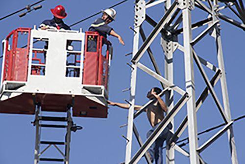 """Giải cứu thanh niên nghi """"ngáo đá"""" leo lên cột điện cao thế la hét - Ảnh 1"""