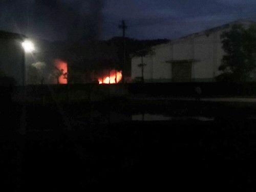 Cháy 2 xe bồn tiếp nhiên liệu ở nhà máy cồn Đại Tân - Ảnh 1