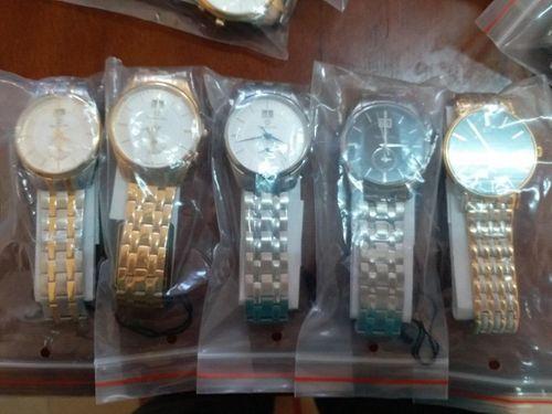 Người đàn ông quấn quanh người gần 100 chiếc đồng hồ từ Singapore về Việt Nam - Ảnh 1