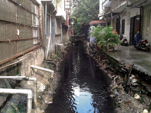 Hà Nội: Người dân Thụy Khuê khốn khổ vì sống cạnh mương ô nhiễm - Ảnh 2