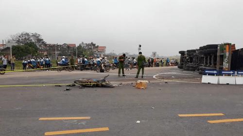 Tin tai nạn giao thông mới nhất ngày 13/11/2018: Xe container lật, đè chết 2 mẹ con ở Ba Vì - Ảnh 1