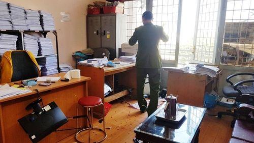 Người đàn ông bất ngờ đập phá phòng công chứng, nhiều người tháo chạy - Ảnh 1