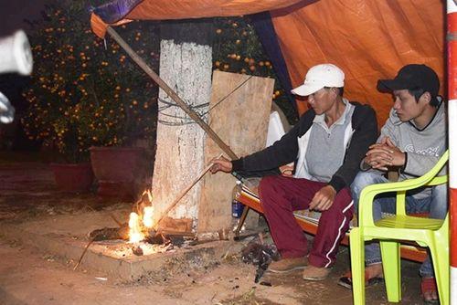Phóng sự ảnh: Cảnh màn trời chiếu đất trong giá lạnh của người bán hoa tết ở Đà Nẵng - Ảnh 13