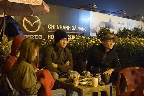 Phóng sự ảnh: Cảnh màn trời chiếu đất trong giá lạnh của người bán hoa tết ở Đà Nẵng - Ảnh 14