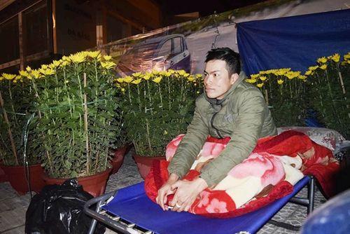 Phóng sự ảnh: Cảnh màn trời chiếu đất trong giá lạnh của người bán hoa tết ở Đà Nẵng - Ảnh 6