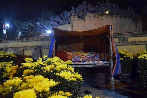 Phóng sự ảnh: Cảnh màn trời chiếu đất trong giá lạnh của người bán hoa tết ở Đà Nẵng - Ảnh 7