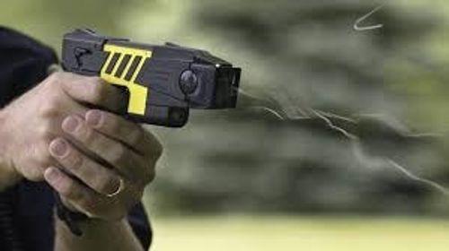 Điều tra vụ dùng súng điện cướp xe ôm giữa ban ngày - Ảnh 1