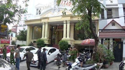 """Hàng trăm cảnh sát đột kích nhiều khách sạn, phát hiện nhiều thanh niên nam nữ """"phê"""" ma túy - Ảnh 1"""