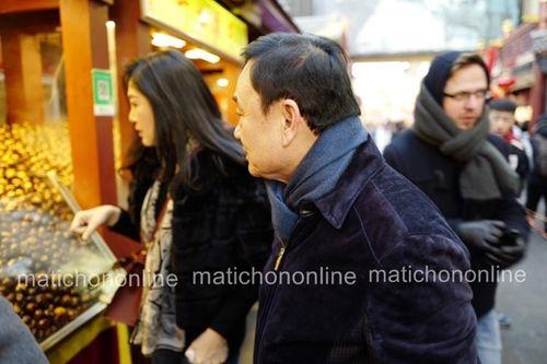 Lộ ảnh bà Yingluck và anh trai Thaksin đi mua sắm tại Bắc Kinh - Ảnh 1