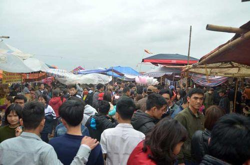 """Ảnh: Hàng nghìn người đội mưa đổ về chợ Viềng """"mua may bán rủi"""" - Ảnh 3"""