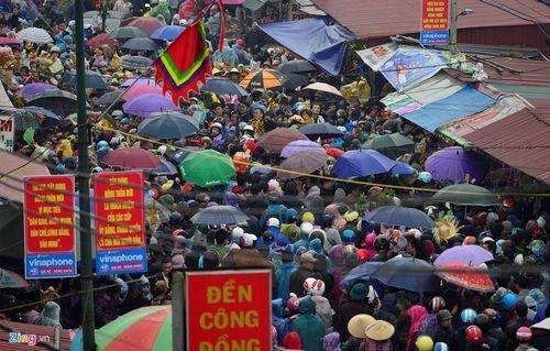 """Ảnh: Hàng nghìn người đội mưa đổ về chợ Viềng """"mua may bán rủi"""" - Ảnh 5"""