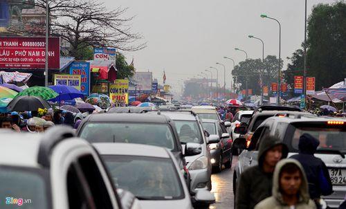 """Ảnh: Hàng nghìn người đội mưa đổ về chợ Viềng """"mua may bán rủi"""" - Ảnh 6"""