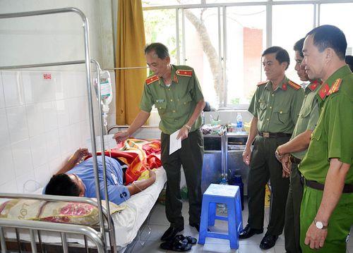 """Thanh niên đâm 2 CSGT nhập viện khai """"say rượu nên thiếu kiềm chế"""" - Ảnh 1"""