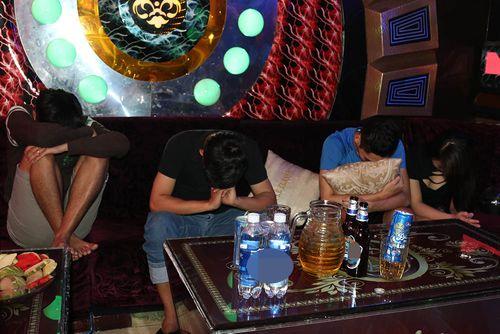 """Kiểm tra quán karaoke, phát hiện nhiều """"nam thanh nữ tú"""" sử dụng ma tuý - Ảnh 1"""