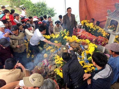 """Sau tin đồn, hàng ngàn người kéo đến xem cặp rắn """"thần"""" trên ngôi mộ vô danh - Ảnh 2"""
