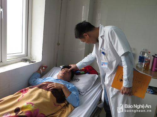 Tát học sinh, một thầy giáo bị đánh gãy sống mũi - Ảnh 1