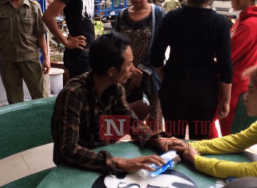 Người đàn ông ôm bình gas cố thủ trong nhà mẹ vợ khiến nhiều người hoảng hốt - Ảnh 2