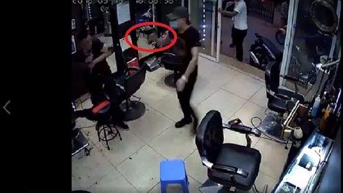 Hà Nội: Điều tra nghi án nổ súng tại quán cắt tóc, 1 người bị thương - Ảnh 1