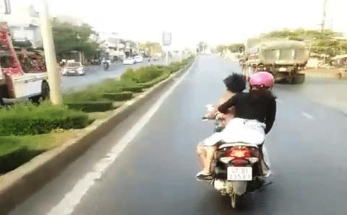 Xác định danh tính thanh niên đầu trần chạy xe lạng lách, chặn đầu xe khách - Ảnh 1