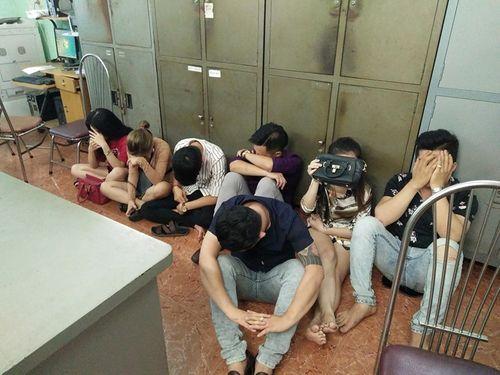 Đột kích 2 quán karaoke, phát hiện hàng chục người dùng ma túy - Ảnh 1