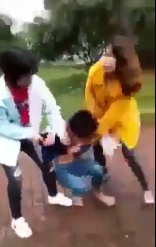 Nữ sinh bị đánh hội đồng, lột đồ rồi tung clip lên mạng - Ảnh 1