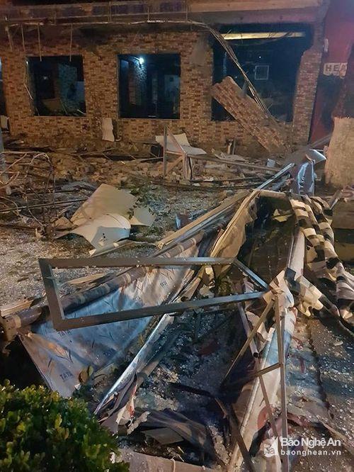 Nhà hàng 2 tầng bán đồ nướng tan hoang sau tiếng nổ lớn - Ảnh 1