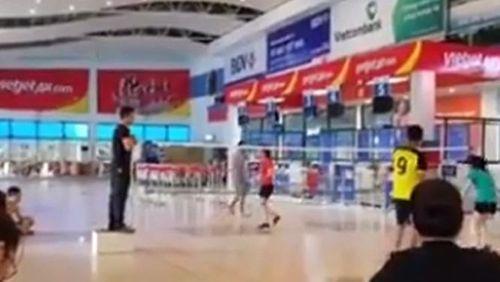 Đóng cửa chơi cầu lông trong nhà ga sân bay Đồng Hới - Ảnh 1