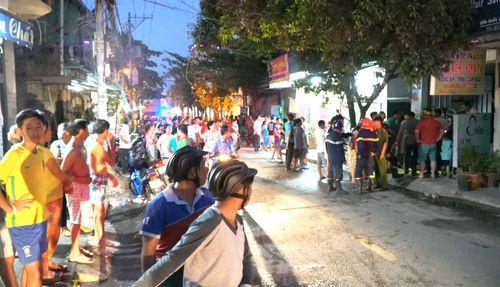Người dân xông vào cứu 2 bà cháu thoát khỏi căn nhà rực lửa ở Sài Gòn - Ảnh 1