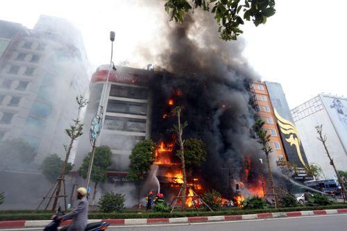 Xử vụ cháy quán karaoke, 13 người chết: Phiên tòa chật cứng người đến dự - Ảnh 6