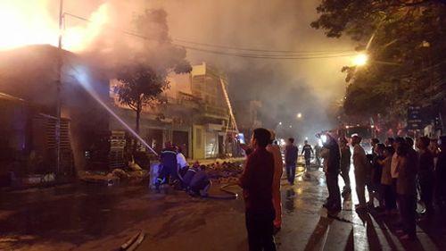 Kho gỗ cháy rực ở Hải Phòng, nhiều người hoảng loạn - Ảnh 2