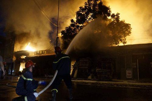 Kho gỗ cháy rực ở Hải Phòng, nhiều người hoảng loạn - Ảnh 1