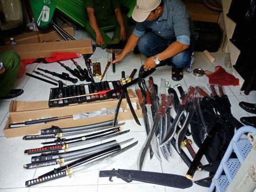 """Đột kích kho vũ khí """"khủng"""" của trùm 9X, thu giữ hàng trăm đao kiếm, roi điện - Ảnh 1"""