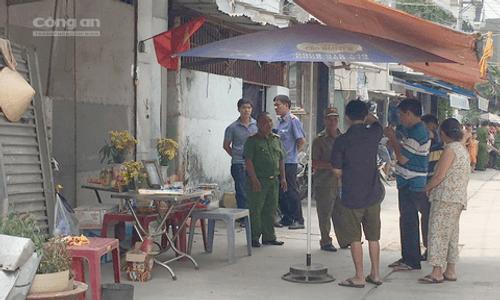 Vụ thảm án 5 người trong gia đình ở Sài Gòn: Cảnh sát kiểm tra hiện trường - Ảnh 1