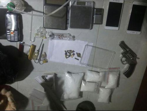Bắt ổ ma túy trong nhà nghỉ, phát hiện thêm súng ru lô - Ảnh 1