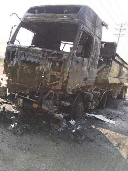 Xe tải bất ngờ bốc cháy dữ dội, tài xế thoát chết trong gang tấc - Ảnh 1