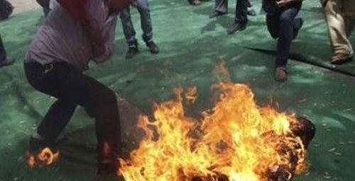 Người đàn ông tưới xăng đốt vợ trong cơn cuồng ghen lãnh 15 năm tù - Ảnh 1