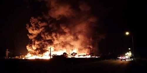Kho phế liệu bốc cháy rừng rực suốt đêm, cột khói cao hàng chục mét - Ảnh 1