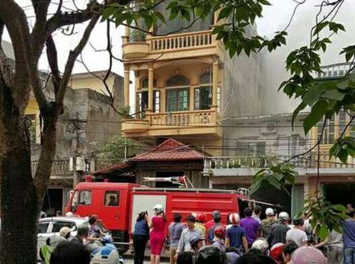 Cháy cửa hàng sửa chữa ôtô giữa khu dân cư, 1 xế hộp bị thiêu rụi - Ảnh 1