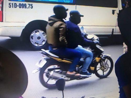 Clip: Cận cảnh 2 tên cướp ngân hàng táo tợn ở Sài Gòn - Ảnh 1