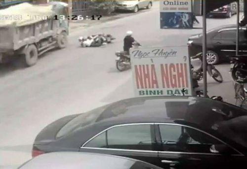 Tài xế đánh lái ngoạn mục cứu mạng 2 nữ sinh trong gang tấc có phải bồi thường? - Ảnh 1