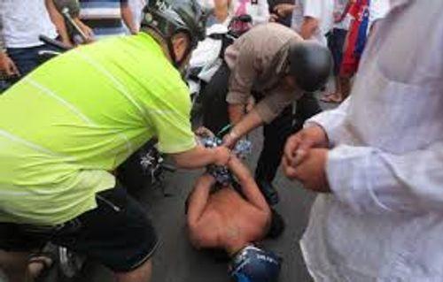 Nhân viên tiệm sửa xe truy đuổi, hạ gục tên trộm trên đường phố - Ảnh 1