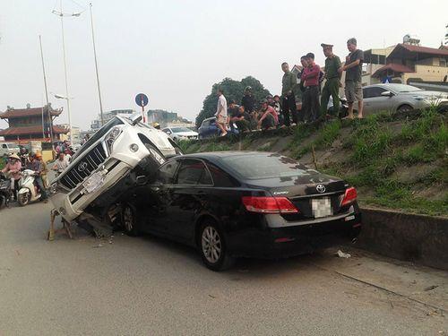 Clip: Hiện trường vụ Land Cruiser mất lái đè nát đầu xe Camry đang đỗ bên đường - Ảnh 2