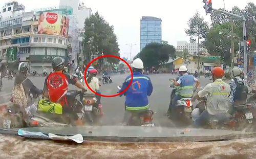 Clip: Tên cướp kéo lê cô gái hàng chục mét giữa ngã tư Sài Gòn - Ảnh 1